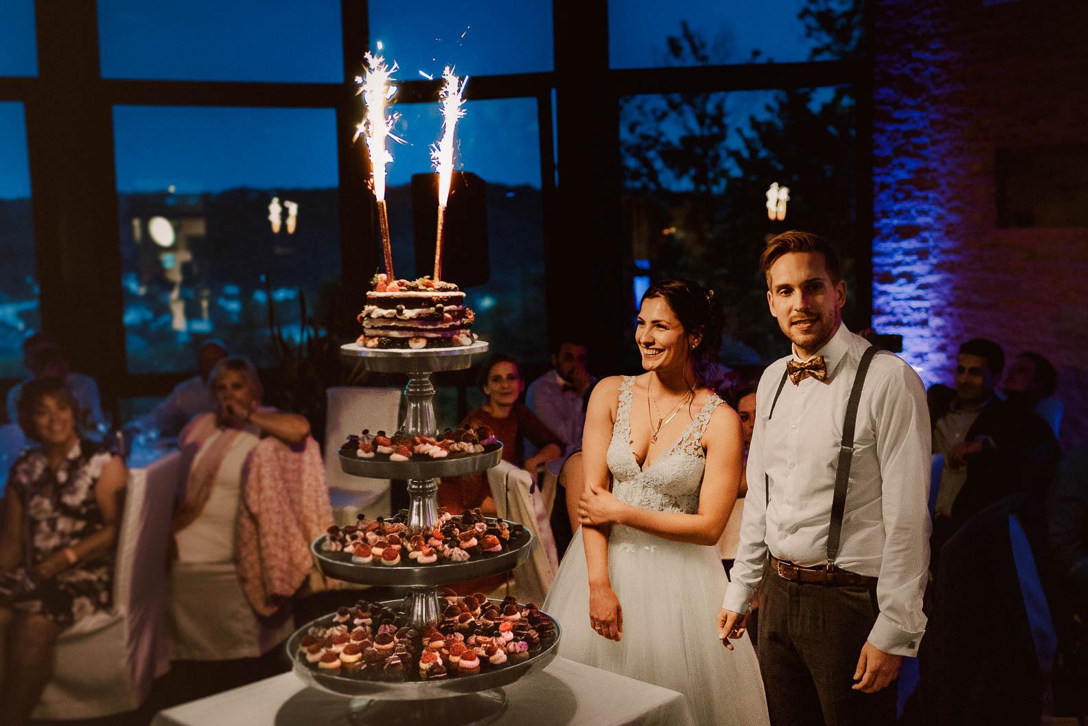 Hochzeit Torte anschneiden mit Wunderkerzen Fotos