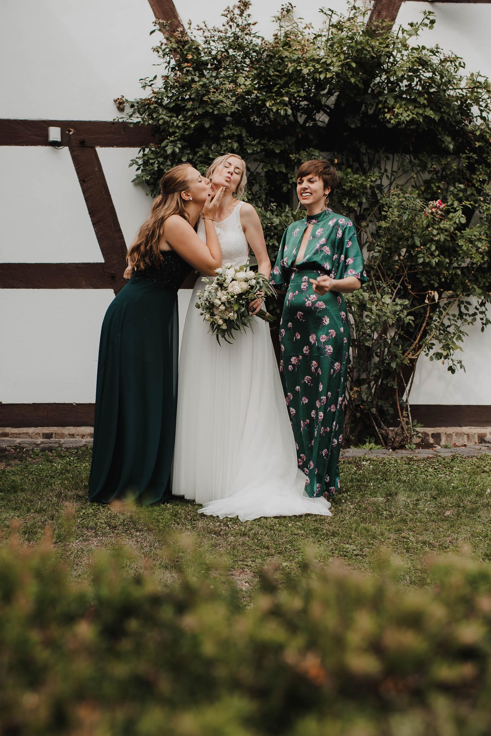 Lustige Fotos mit Gaesten Hochzeit auf Burg Heimerzheim
