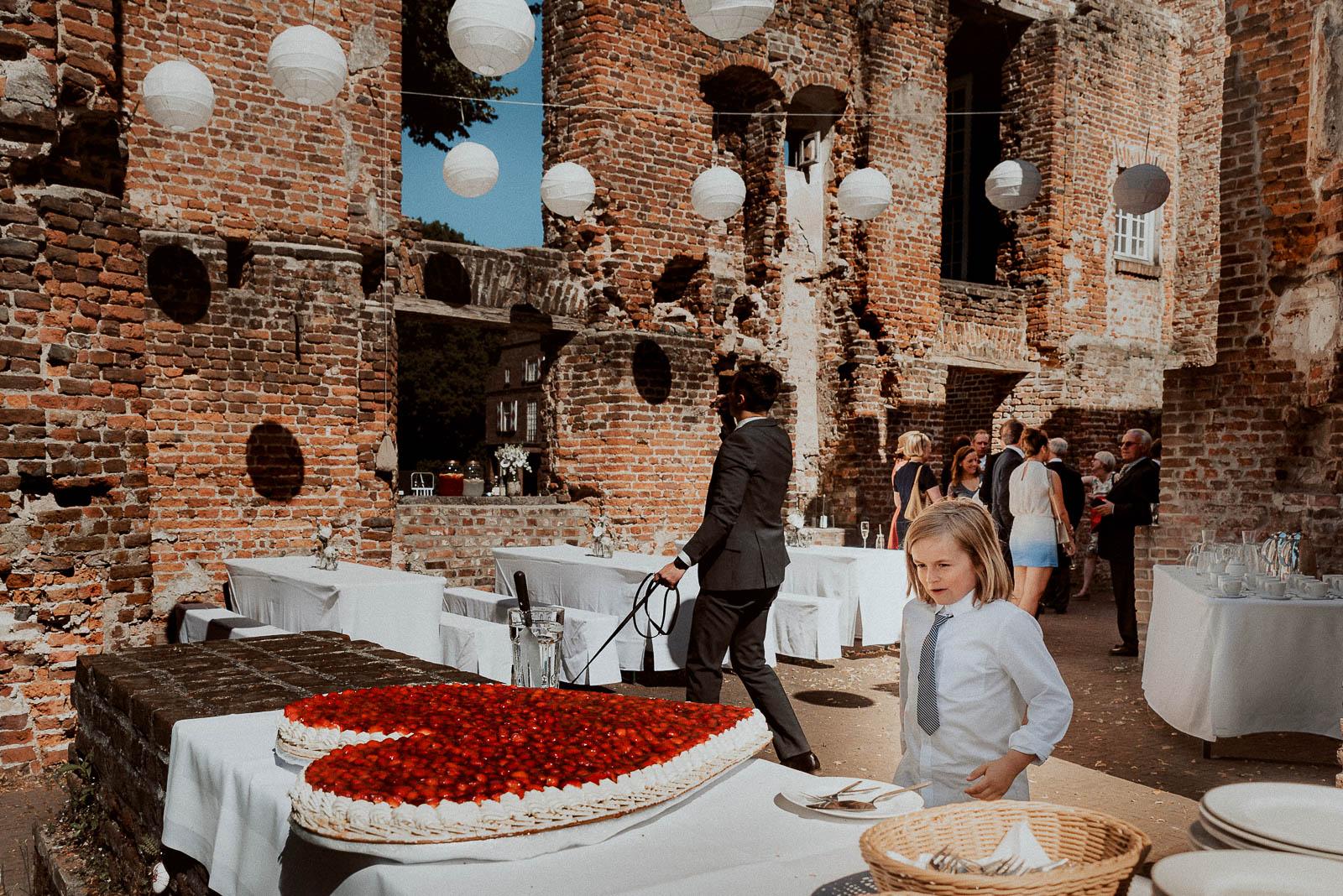 Schloss Hertefeld Ruine Sommer Torte in Herzform aus Erdberen