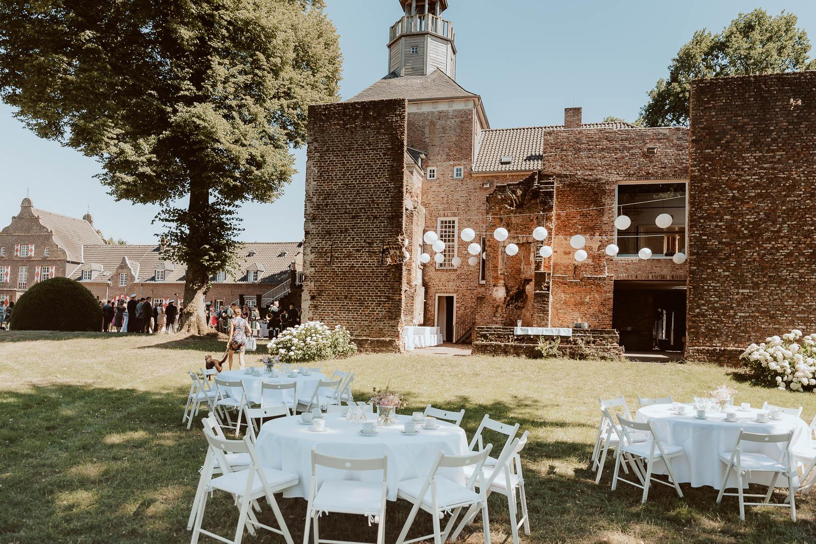 Schloss Hertefeld nrw Sommer Hochzeit draussen