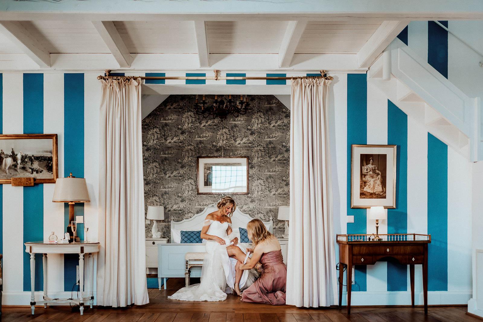 Strumpfband anziehen Fotos Hochzeit Schloss Hertefeld