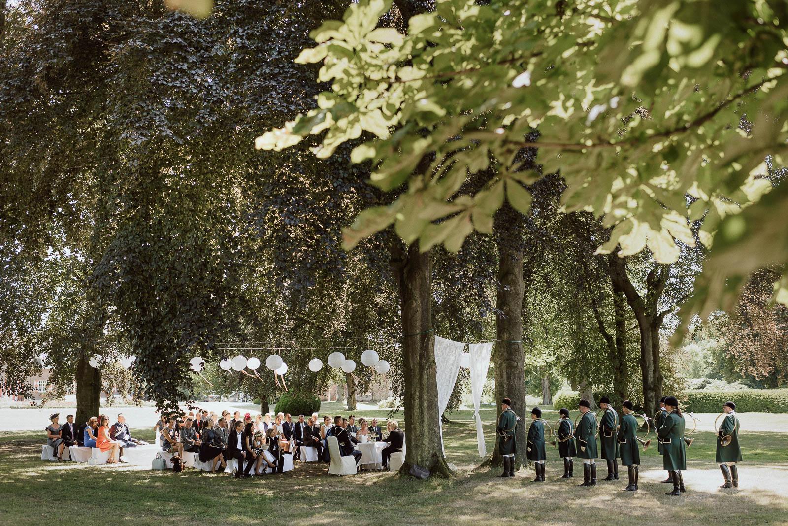 Traaung im Freien auf Wiese Schloss Hertefeld Hochzeitslocation NRW